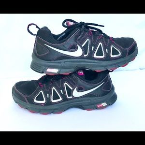 NIKE Women Running Gym Shoes size 8 Med- Wide, EUC